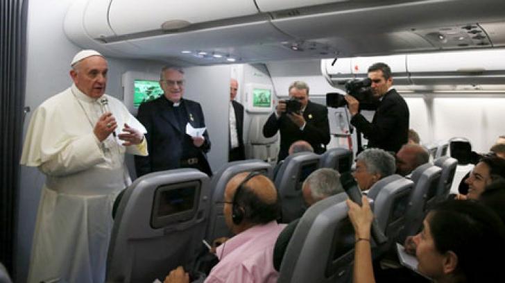 Conferinţa de presă la bordul avionului Papei