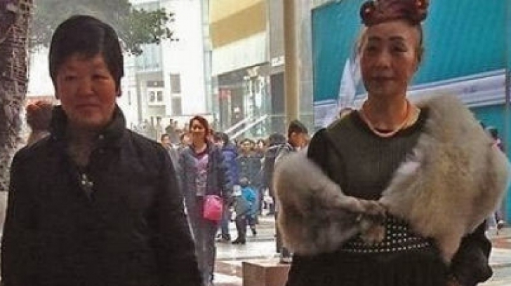 Așa ceva numai în Asia se întâmplă. Două femei, suprinse la plimbare! Este de necrezut