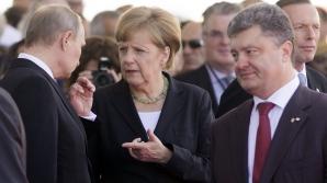 PReşedintele Ucrainei, petro Poroşenko (dreapta), alături de Angela Merkel şi Vladimir Putin în Normandia