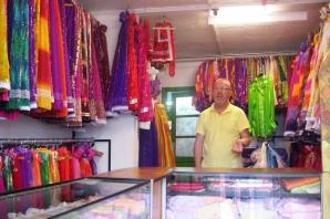 Singurul magazin cu haine ţigăneşti din Europa e la Arad. Foto: Marius Buga
