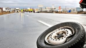 Un mort şi un rănit, după ce maşina în care erau a intrat într-un cap de pod şi s-a răsturnat