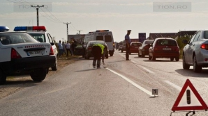 Un motociclist beat şi fără permis, acroşat de o maşină condusă de o femeie fără permis