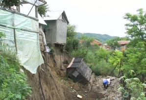 ATENŢIE, CAD CASELE! Zeci de gospodării, grav afectate de alunecările de teren