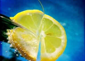 De ce ar trebui să bei apă cu lămâie. 11 beneficii de care nu ştiai