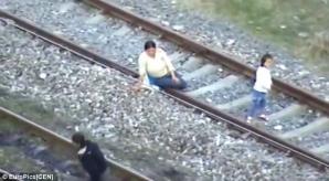 Romii, presupuşi de etnie română, fură şuruburile de cale ferată