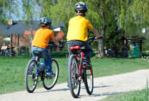Chevron le dă elevilor din Pungeşti biciclete