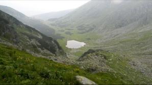 Lacul Iezer este un lac glaciar localizat în munții Rodnei, sub vârful Pietrosu, la o altitudine de 1.825 m