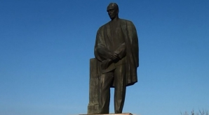 Statuia poetului Lucian Blaga, amplasată în centrul oraşului Estoril