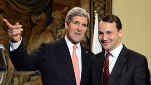 Radoslaw Sikorski (dreapta), alături de secretarul de stat al SUA, John Kerry