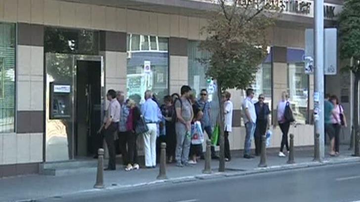 Bulgarii stau la cozi interminabile la bănci pentru a-și retrage banii