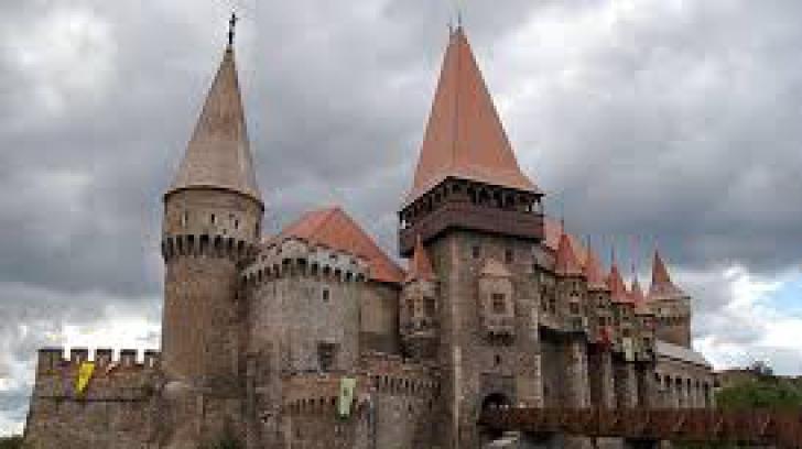 Castelul Corvinilor, între primele cinci destinaţii turistice din România recomandate de TripAdvisor