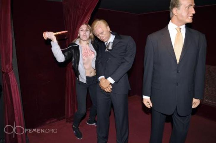 O activistă Femen a distrus statuia din ceară a lui Putin de la Muzeul Grévin din Paris
