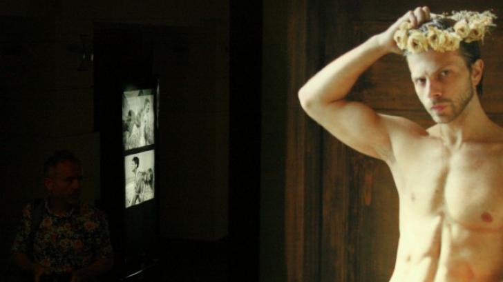 Expoziţie de fotografii cu nuduri ale unor actori, realizate de Radu Afrim, la FITS