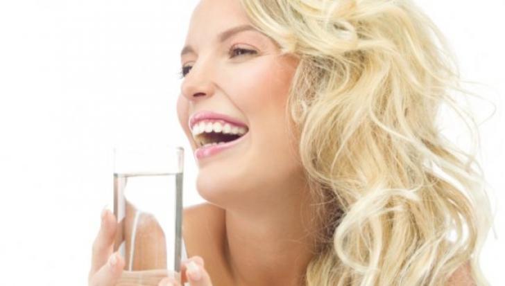 Ce se întâmplă dacă bei apă pe stomacul gol?