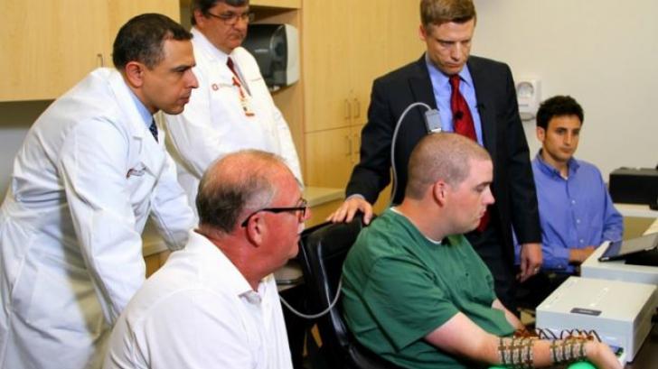 Un pacient paralizat îşi mişcă mâna cu puterea gândului.