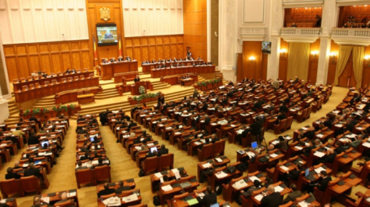 Parlamentul a votat o declaraţie politică prin care a cerut demisia preşedintelui Traian Băsescu