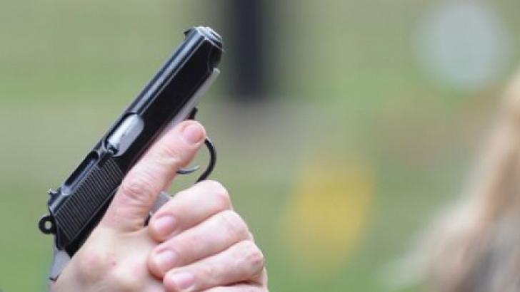 Bărbat împuşcat de un glonţ rătăcit al armatei.