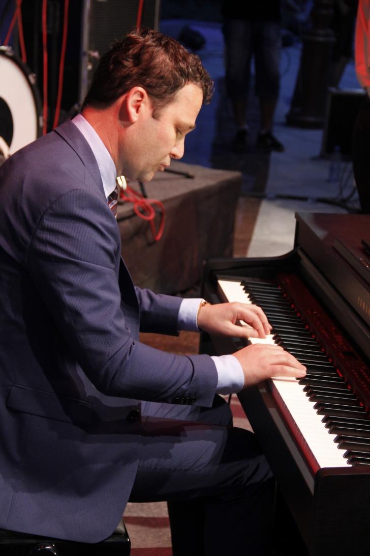 Robert Negoiță, primarul sectorului 3, a cântat la pian în plină stradă