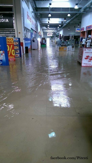 MARTOR OCULAR. Magazinul Auchan Piteşti, INUNDAT. FOTO: Piteşti
