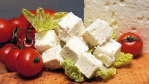 Ce se întâmplă dacă mănânci brânză cu roşii.