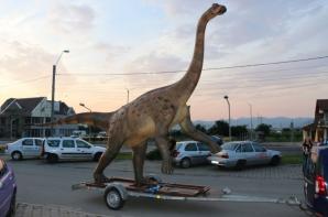 Macheta dinozaurului a ajuns în Ţara Haţegului FOTO: hunedoaralibera.ro.