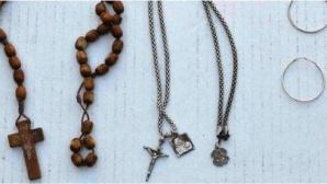 Femeia purta un medalion din lemn maron și un lănţișor de argint, cu crucifix.