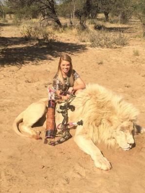<p>Kendall Jones, alături de animalele ucise</p>