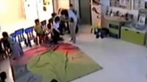 In inregistrarea difuzata de Euronews, se poate vedea cum o femeie loveste in mod repetat mai multi copii.