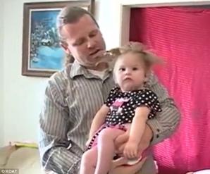 O fetiță a supraviețuit în mod miraculos, după ce mama ei a fost lovită de un fulger.