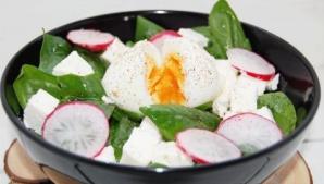 Salată de spanac proaspăt cu brânză şi ou