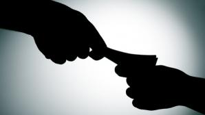 Mii de apeluri în 6 luni la TelVerde anticorupţie. Cele mai multe sesizări, pentru LUARE DE MITĂ