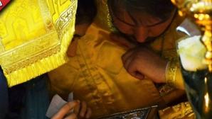 Preotul mângâia fetele pe sâni.
