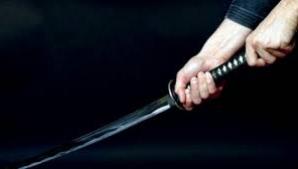 Fost boxer atacat cu săbiile la mall