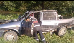 Şofer rănit după ce a lovit cu maşina o clădire, ricoşând pe calea ferată, unde venea un tren