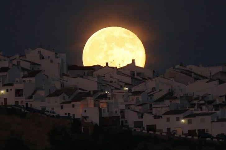 """""""Super Lună"""", imagini rare cu prima """"Super Lună"""" din această vară"""