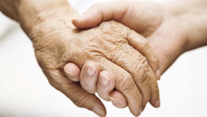 MALADIA ALZHEIMER: 8 semnale că e momentul să ne ÎNGRIJORĂM