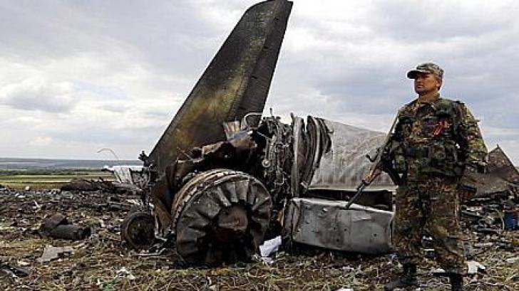 KIEV: MH17, lovit de o rachetă, s-a prăbuşit din cauza unei masive şi explozive depresurizări
