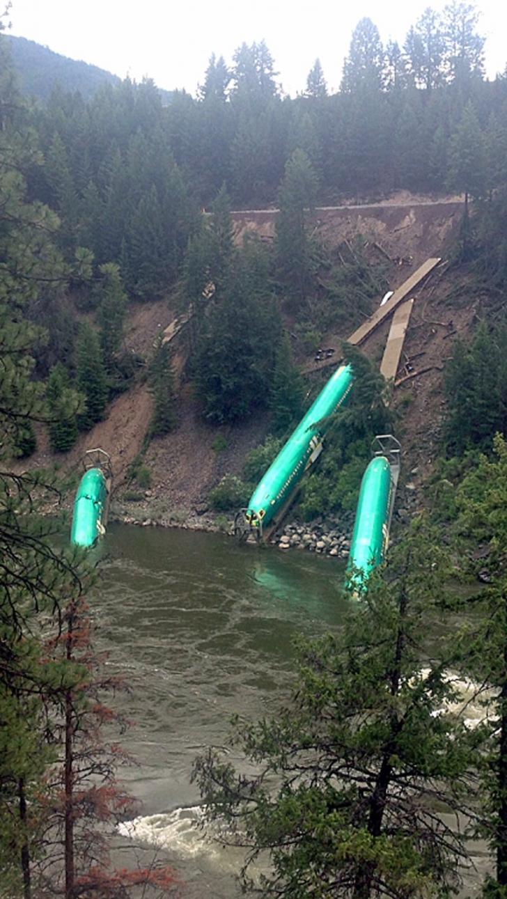 <p>Trei fuselaje de avion au căzut într-un râu după ce un tren a deraiat în Missoula, Montana, SUA</p>