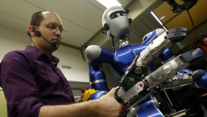 Românii sunt cei mai expuşi din UE să-şi piardă locurile de muncă din cauza roboţilor