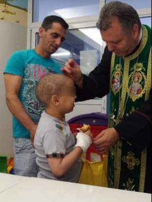 Moș Nicolae a venit la spitalul Fundeni în miezul verii