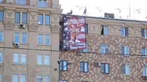 """OBAMA, comparat cu cele """"TREI MAIMUŢE ÎNŢELEPTE"""", într-un banner afişat pe o clădire din Moscova"""