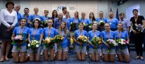 INCREDIBIL! Tinerele handbaliste, obligate să stea ÎN GENUNCHI la revenirea în ţară / Foto: sport.ro