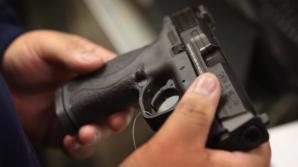 Bărbat împuşcat de poliţişti după ce a agresat şi ameninţat cu un cuţit mai multe persoane pe stradă