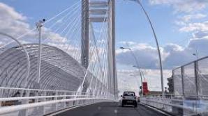 Un bărbat ameninţă că se aruncă de pe Podul Basarab