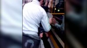 Zeci de pasageri au împins tramvaiul pentru ca aceasta să scape
