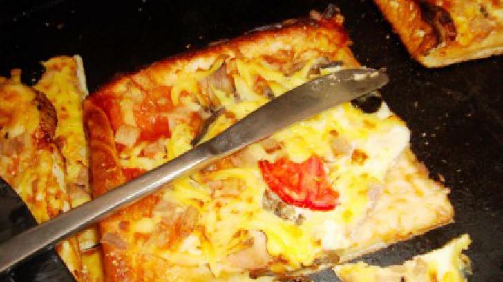 Super oferta unei patiserii din Constanţa: produse expirate şi pizza cu viermi