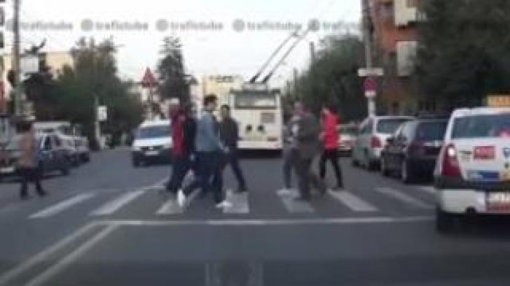 Cum sunt prezentați taximetriștii într-un clip pe trafictube.ro
