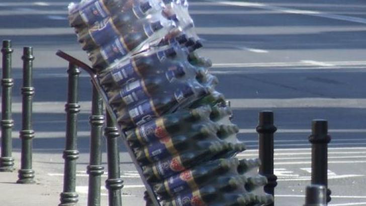 Un tir încărcat cu bere s-a răsturnat în Dolj. Mai multe baxuri de bere au fost furate