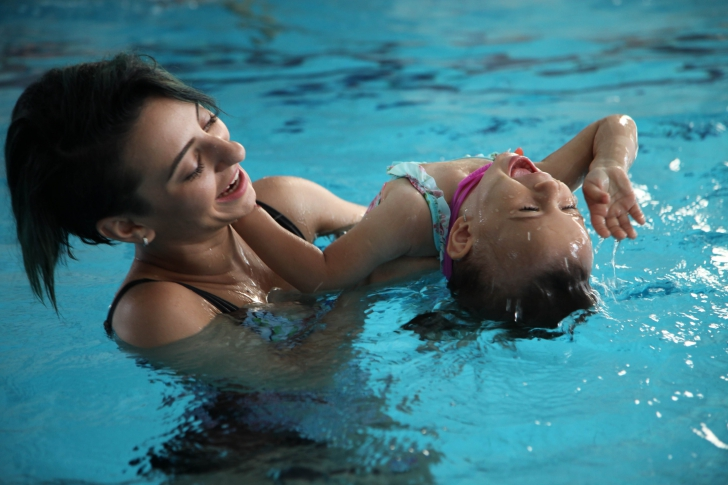 Cele mai frumoase poze cu Giulia si fetita ei! Vezi cum se joaca in apa!