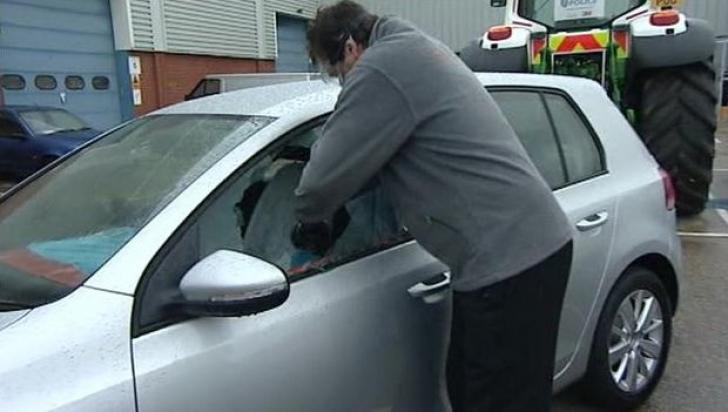 Abia a coborât din maşină în parcarea Romtelecom şi a rămas fără poşetă